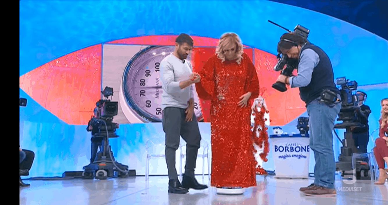 Tina Cipollari ingrassata prima di Natale dà la colpa al vestito rosso