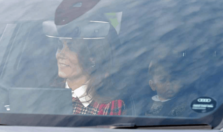 Al party di Natale della regina Elisabetta il debutto di Louis con i fratelli George e Charlotte (Foto)