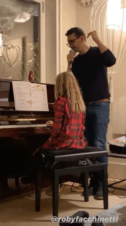A casa di Alessia Marcuzzi la sua famiglia allargata festeggia il Natale in anticipo (Foto)