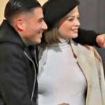Silvia Provvedi col pancione in abito bianco è felice accant