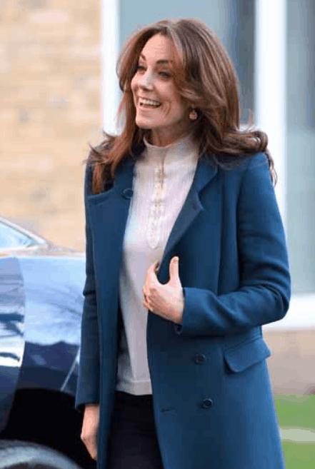 Kate Middleton serve la colazione, il maglioncino è bruttino ma si salva con i jeans e la semplicità (Foto)