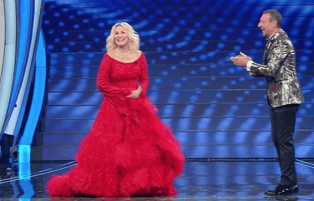 Antonella Clerici bellissima in rosso per Sanremo 2020, meno con il secondo abito (Foto)