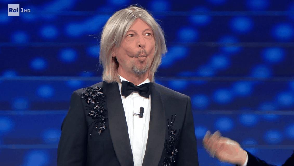 Finale Sanremo 2020: Amadeus con la parrucca e poi canta Un mondo d'amore con Fiorello