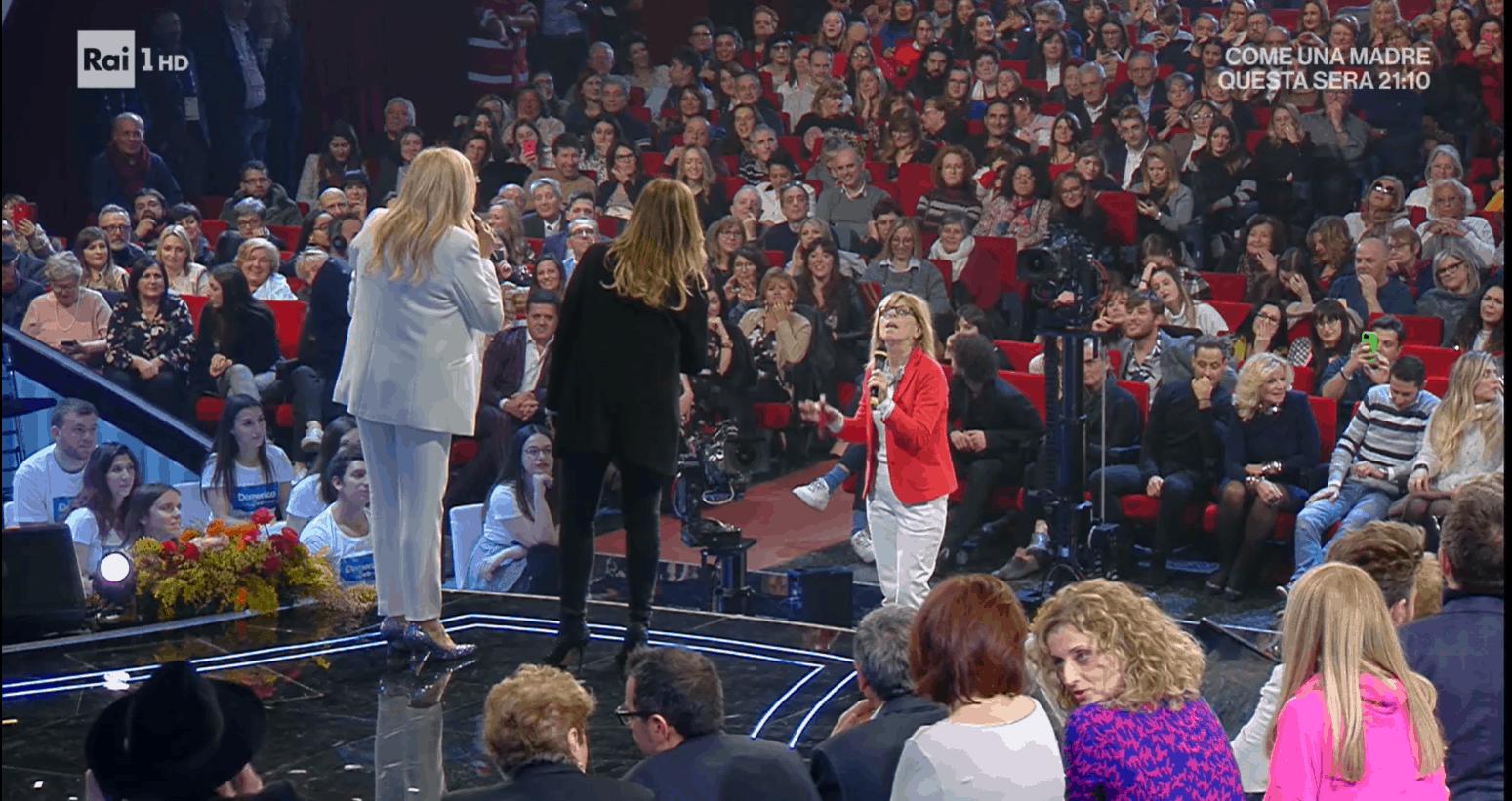 """A Domenica IN una signora del pubblico contro Selvaggia Lucarelli: """"Stai bene con Tina Cipollari"""""""