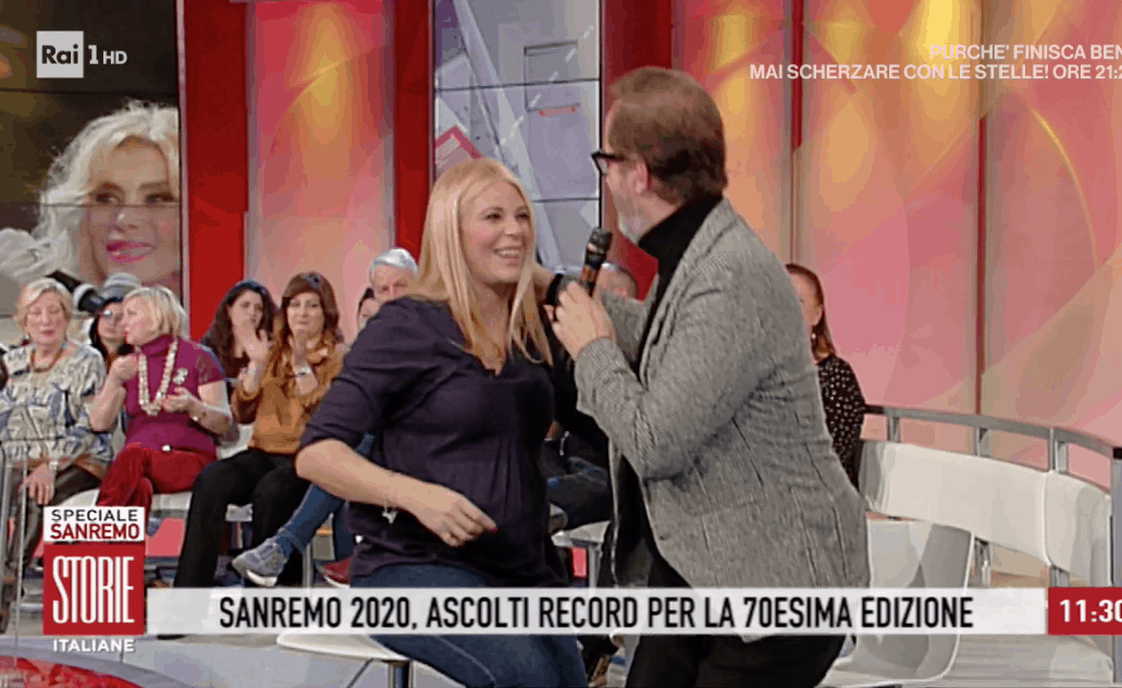 Coletta tocca il pancione di Eleonora Daniele prima di andare via da Storie Italiane dopo il suo messaggio (Foto)