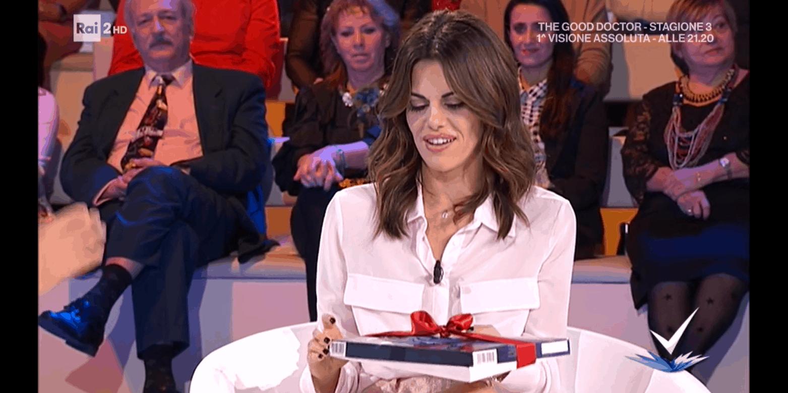 Per Bianca Guaccero cioccolatini da ammiratore segreto a Detto Fatto: chi  T.C.? Lanciato il sondaggio