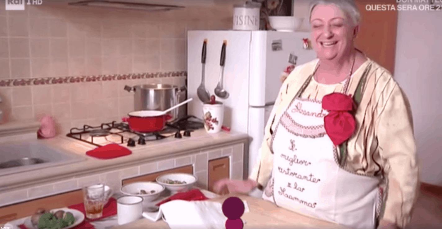 Alessandra Spisni nella cucina di casa sua prepara gli gnocchi di patate per La prova del cuoco (Foto)