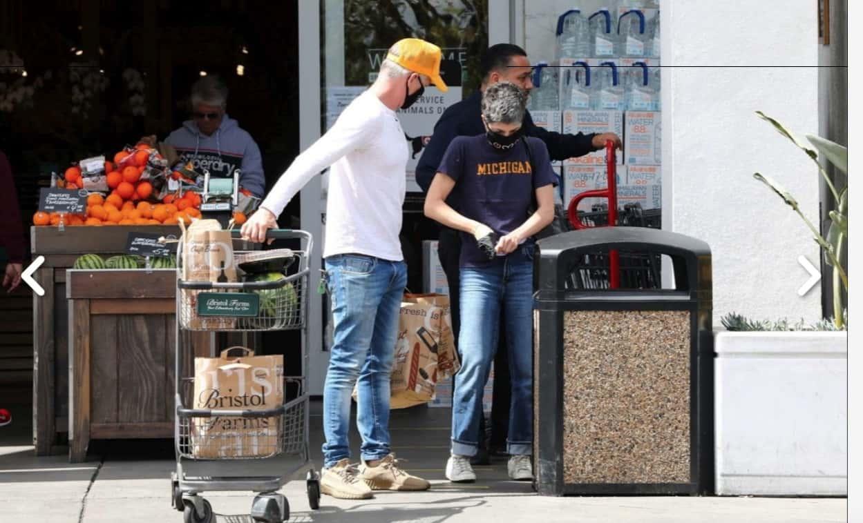 La spesa dei vip al supermercato, tutti con la mascherina e di corsa (Foto)