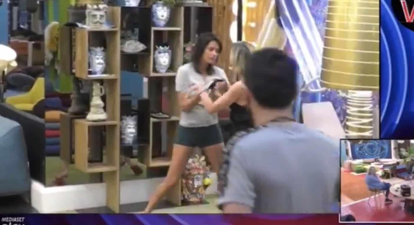Fernanda Lessa mostra i lividi sul braccio dopo l'aggressione subita da Antonella Elia
