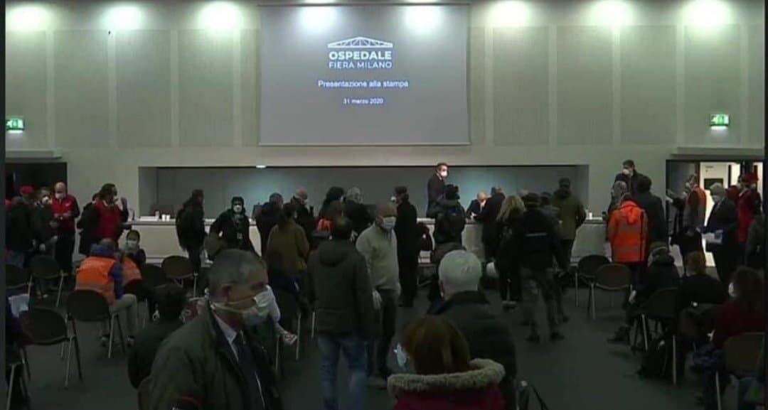 Inaugurato ospedale in Fiera a Milano, le immagini della conferenza stampa indignano: folle e assembramenti, è polemica