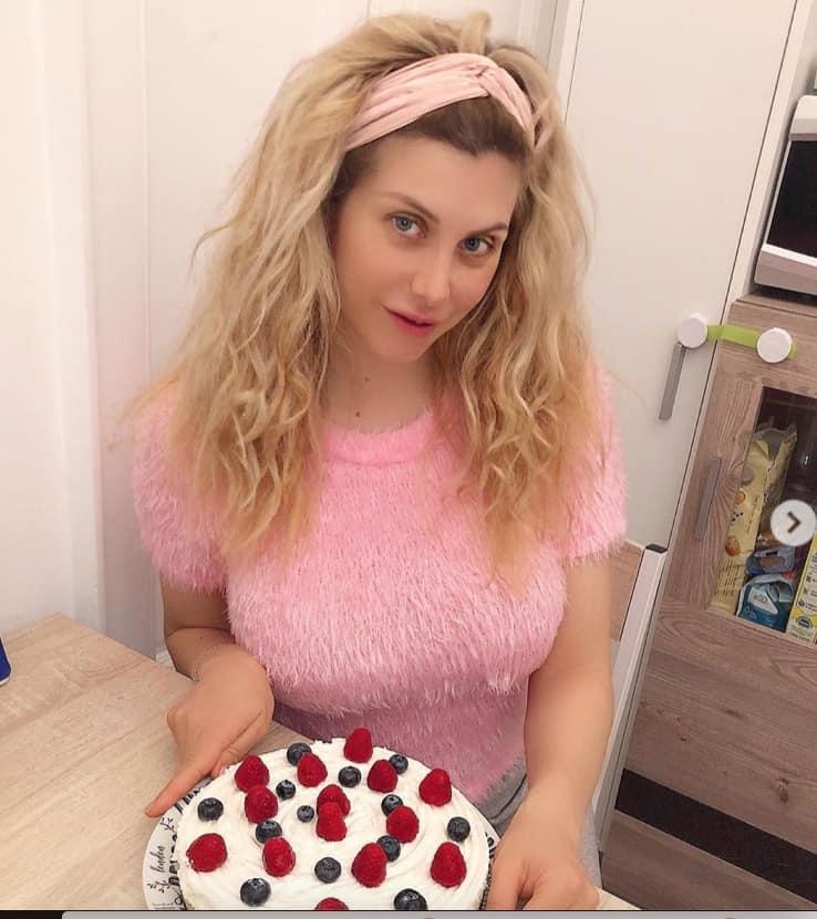 Paola Caruso senza trucco in quarantena si dedica anche a torte e pizza (Foto)