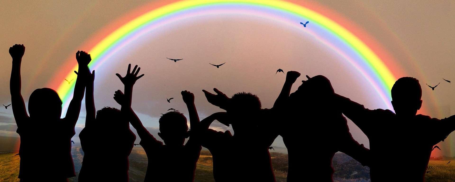 Quando l'ultimo arcobaleno colorerà il cielo torneremo ad abbracciarci: Buona Pasqua