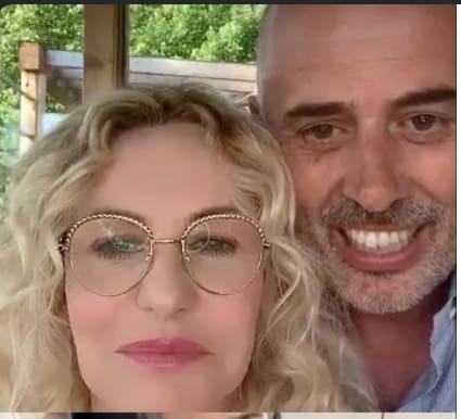 Vittorio Garrone a sorpresa in diretta con Antonella Clerici dopo avere lavorato nell'orto (Foto)