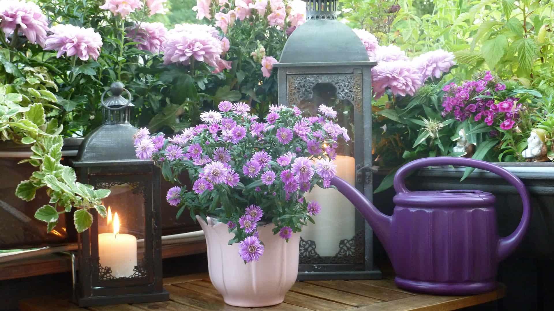 Restiamo in casa e ri-arrediamo i nostri balconi: dai fiori agli accessori per ripensare gli spazi