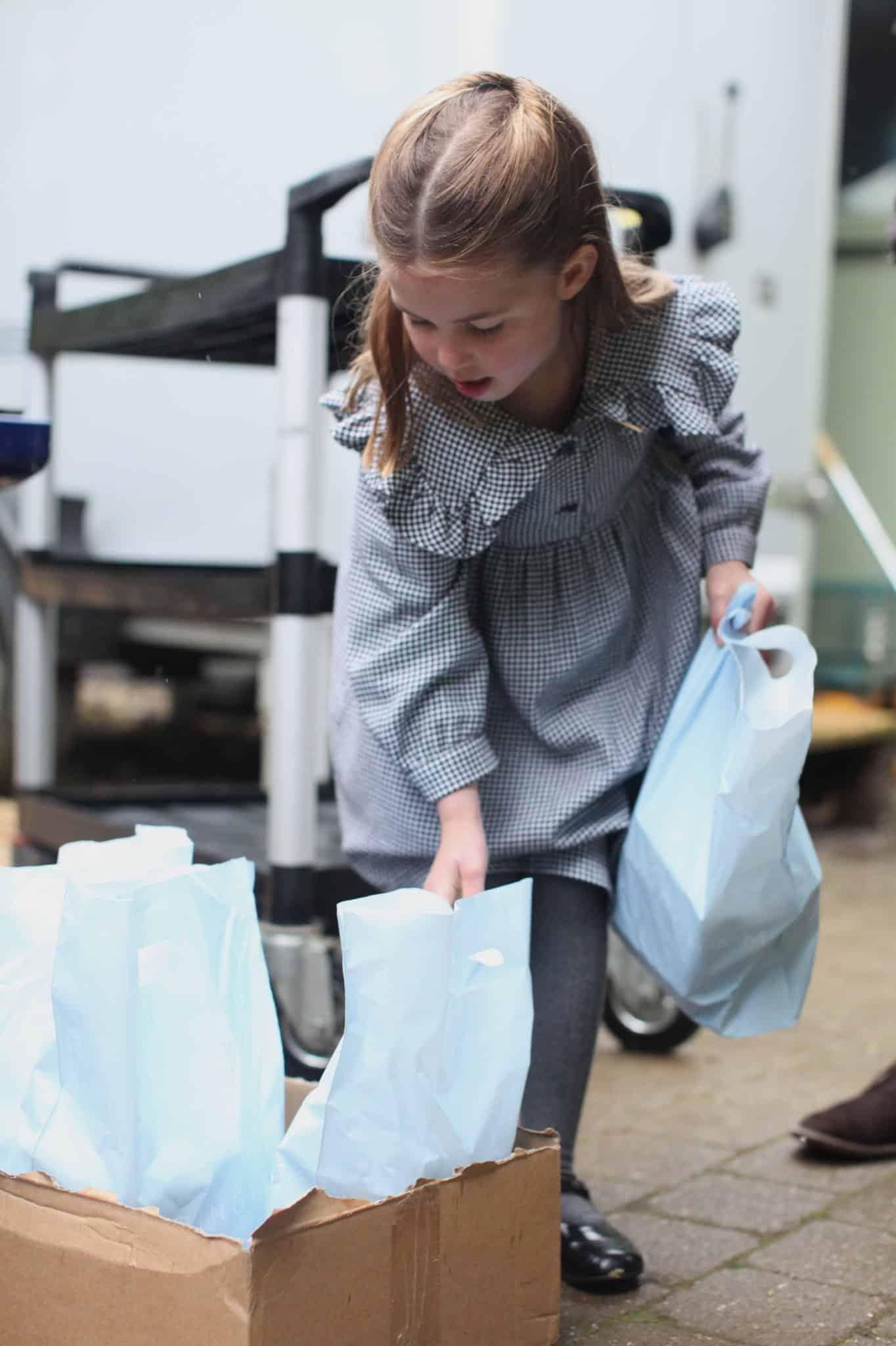 La piccola Charlotte consegna pacchi ai pensionati durante il lockdown: tutti pazzi per lei