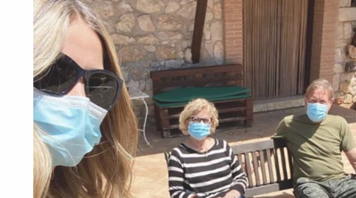 Elena Santarelli a casa dei genitori ma non mancano le critiche per il pranzo insieme (Foto)