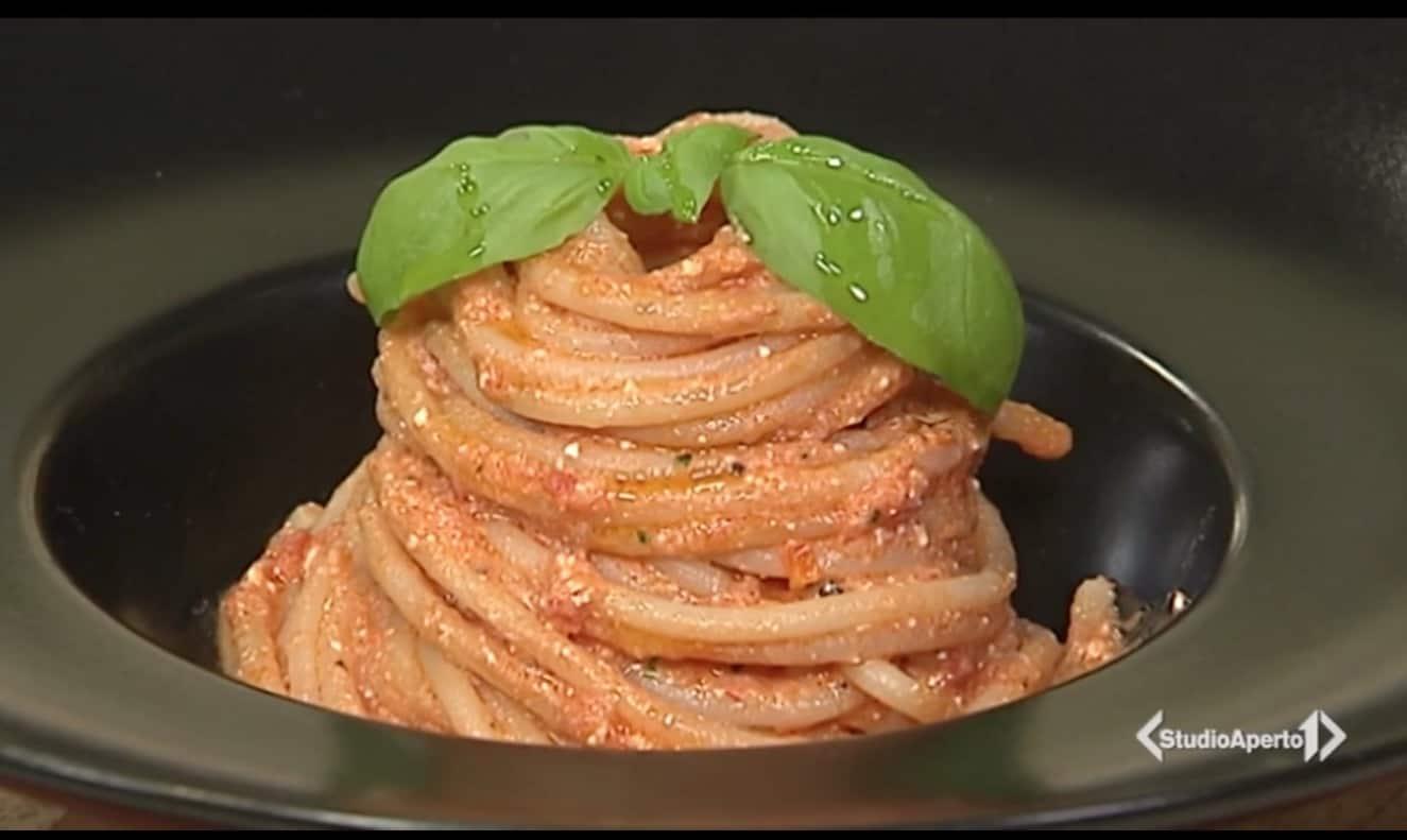 Spaghetti con pesto di pomodorini e ricotta salata, la ricetta Cotto e Mangiato