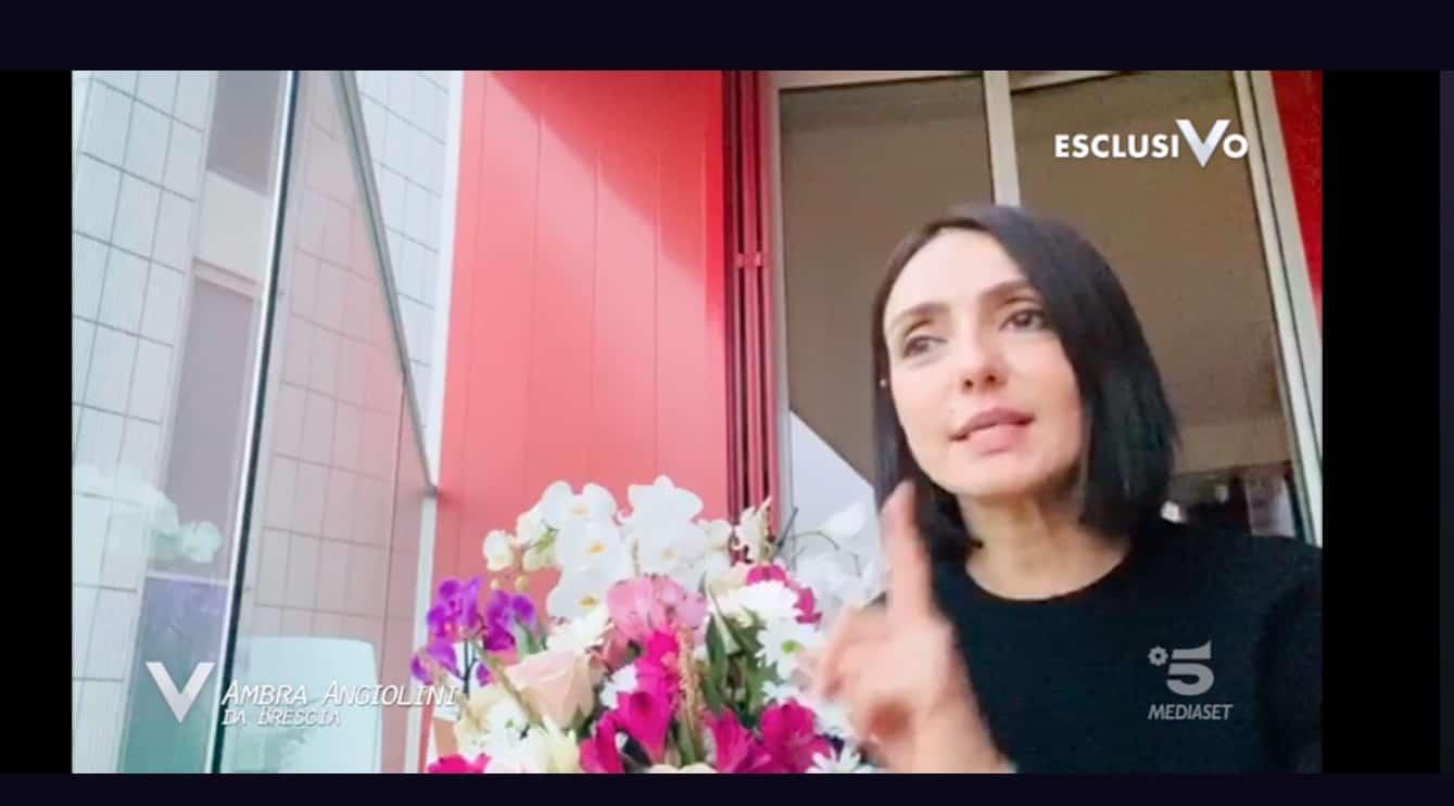 Ambra Angiolini dal balcone di casa dedica la poesia Anima mia al pubblico di Verissimo (Foto)