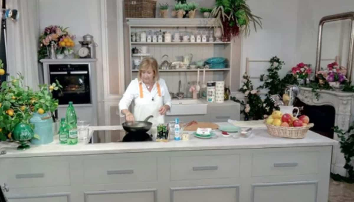 Ricette all'italiana con tutte le novità, Anna Moroni pronta nella cucina in campagna (Foto)