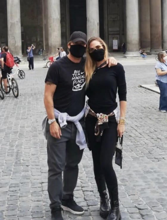 Ilary Blasi e Francesco Totti con i figli passeggiano ma nessuno li riconosce grazie alle mascherine (Foto)