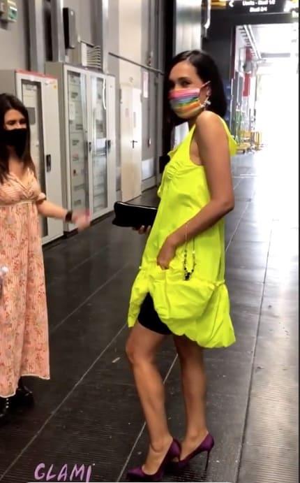 Caterina Balivo con i pantaloncini anticellulite in tv, sotto l'abito il trucco per l'estate (Foto)