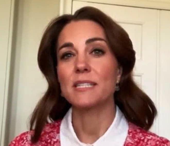 Bocciato il look di Kate Middleton, capelli e vestito la invecchiano: il royal style non convince (Foto)