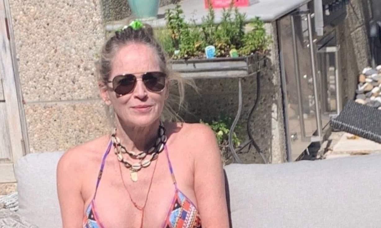 Sharon Stone nel giardino di casa in bikini, a 62 anni senza filtri è bellissima e ironica (Foto)