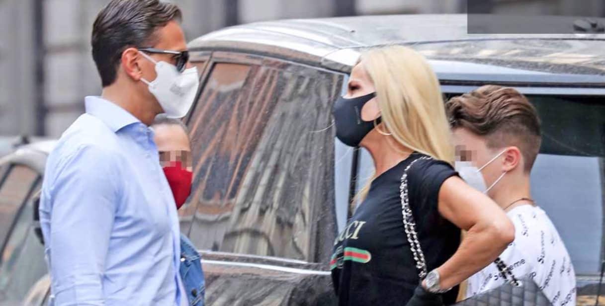 Federica Panicucci che look con mascherina, guanti e stivali passeggiando con Marco Bacini e i figli (Foto)