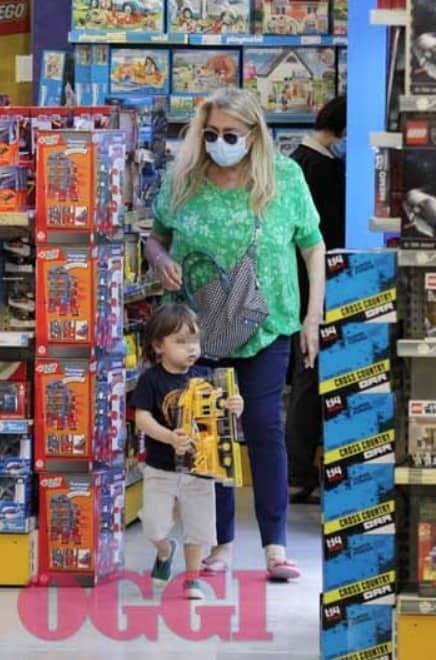 Mara Venier prima della caduta, gli acquisti col nipotino e un caffè con la figlia (Foto)