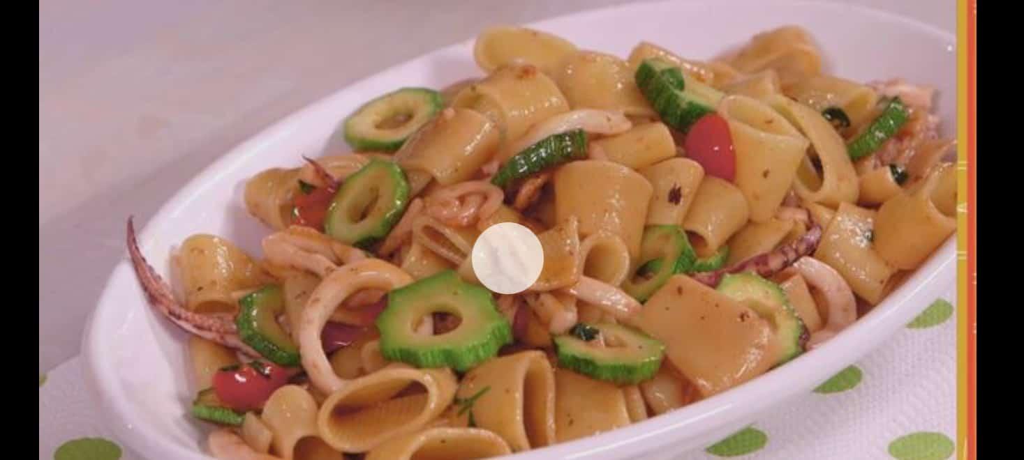 Anna Moroni prepara i paccheri con calamaritti per Ricette all'italiana