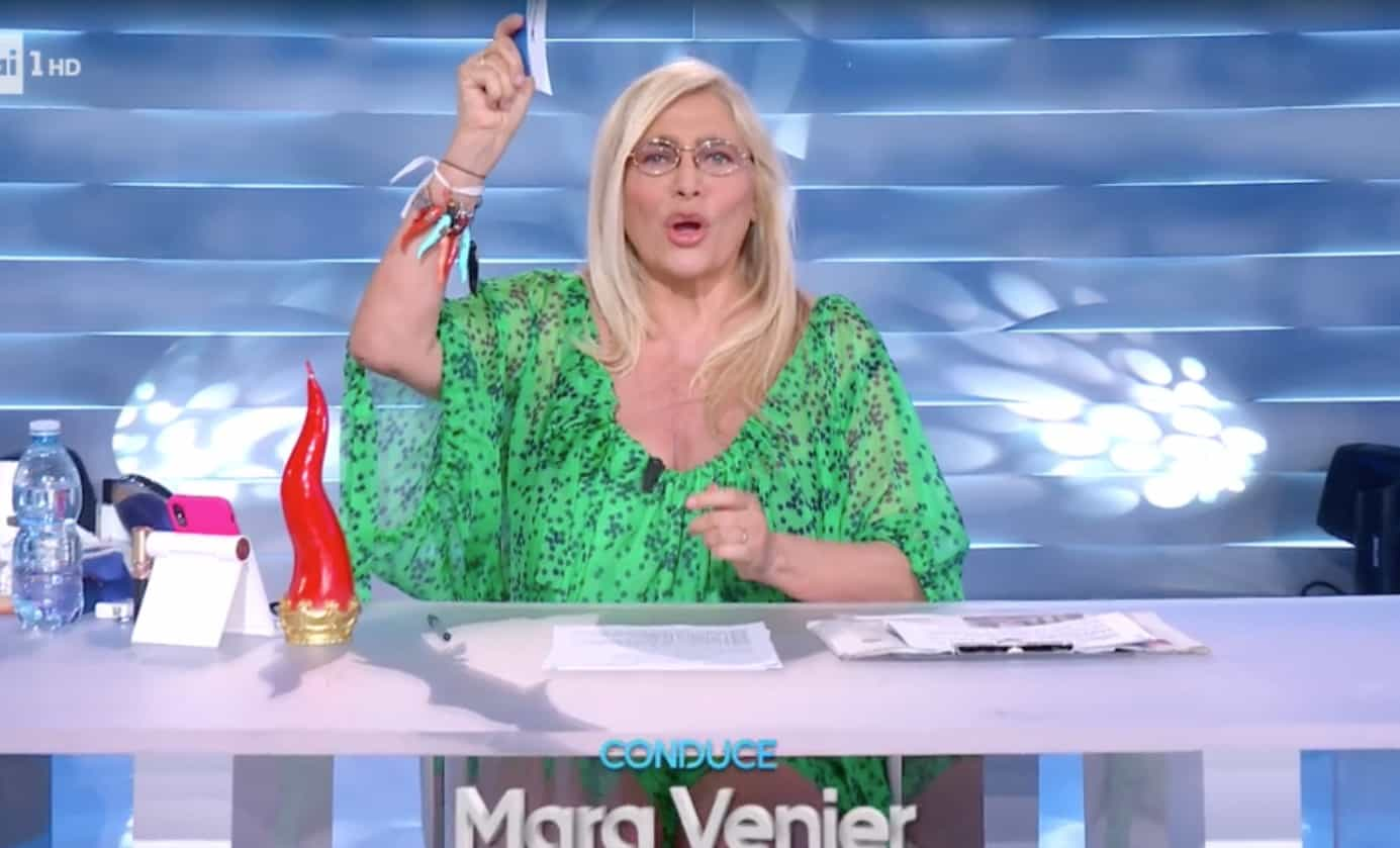 Mara Venier in verde speranza a Domenica In legge una poesia alle donne (Foto)