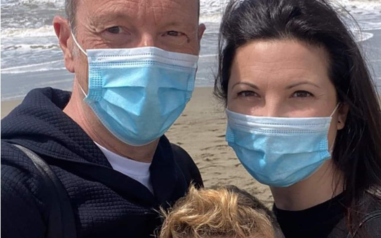 Amadeus e Giovanna Civitillo finalmente al mare ma con la mascherina (Foto)