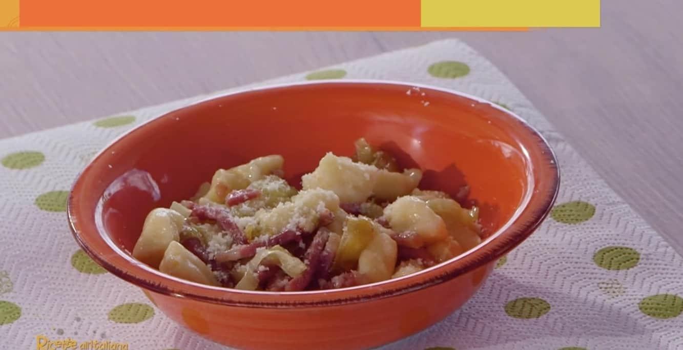 Anna Moroni prepara gnocchi di patate con porri e speck: Ricette all'italiana
