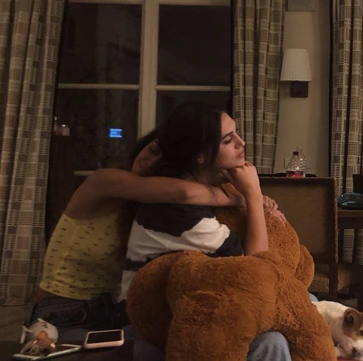 Cecilia Rodriguez a casa di Belen, le emozioni negli abbracci con la famiglia al completo (Foto)