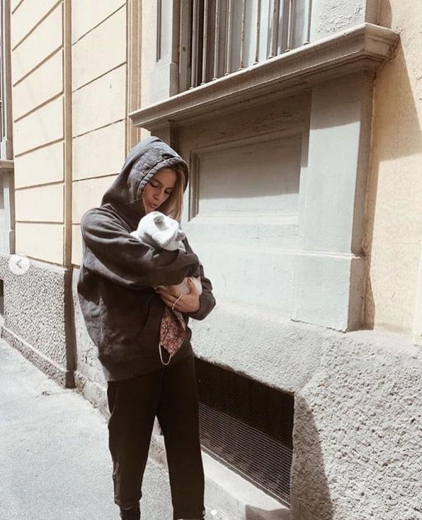 Cristina Marino posta la sua prima passeggiata con la figlia Nina in braccio (Foto)