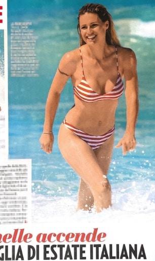 Michelle Hunziker indossa il suo primo bikini di questa estate a Varigotti (Foto)