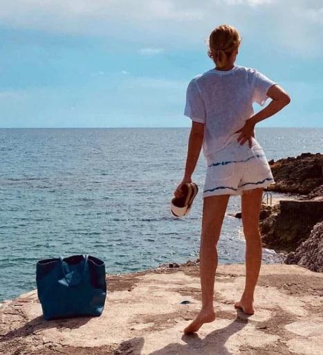 Alessia Marcuzzi è perfetta con i suoi costumi e gli altri look in spiaggia (Foto)