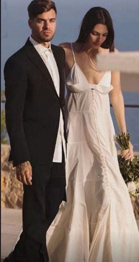 L'abito da sposa di Vittoria Ceretti, la top model ha voluto un matrimonio semplice e molto romantico   (Foto)
