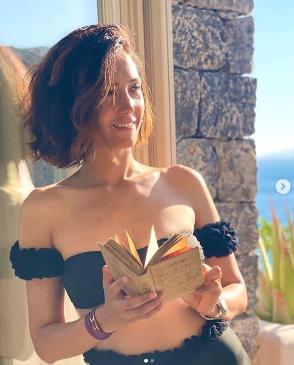 Caterina Balivo inaugura l'estate con lo slip a vita alta, il costume che nasconde la pancia (Foto)