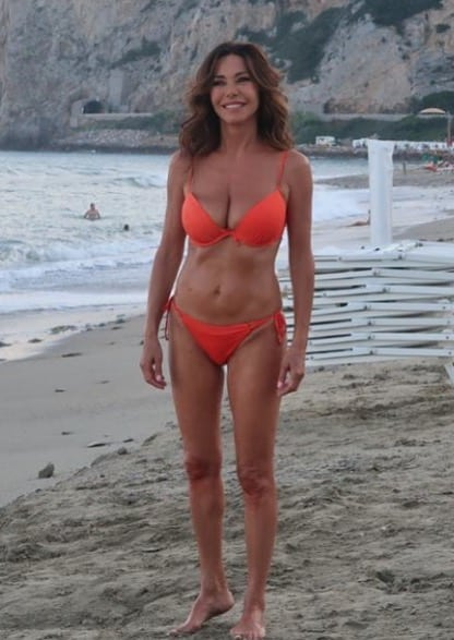 Emanuela Folliero è uno spettacolo in bikini a 55 anni ma il costume non è quello giusto (Foto)