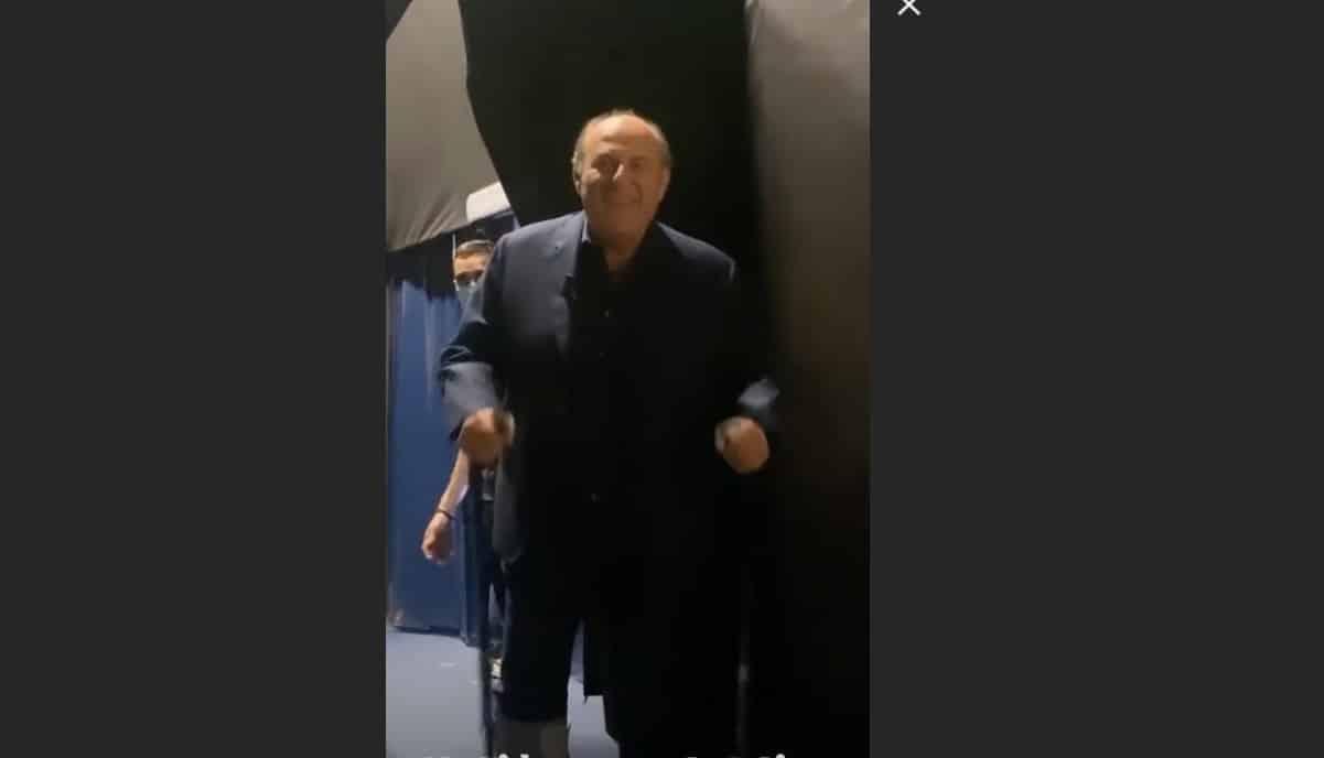 Gerry Scotti con la gamba ingessata, cosa è successo al conduttore? (Foto)