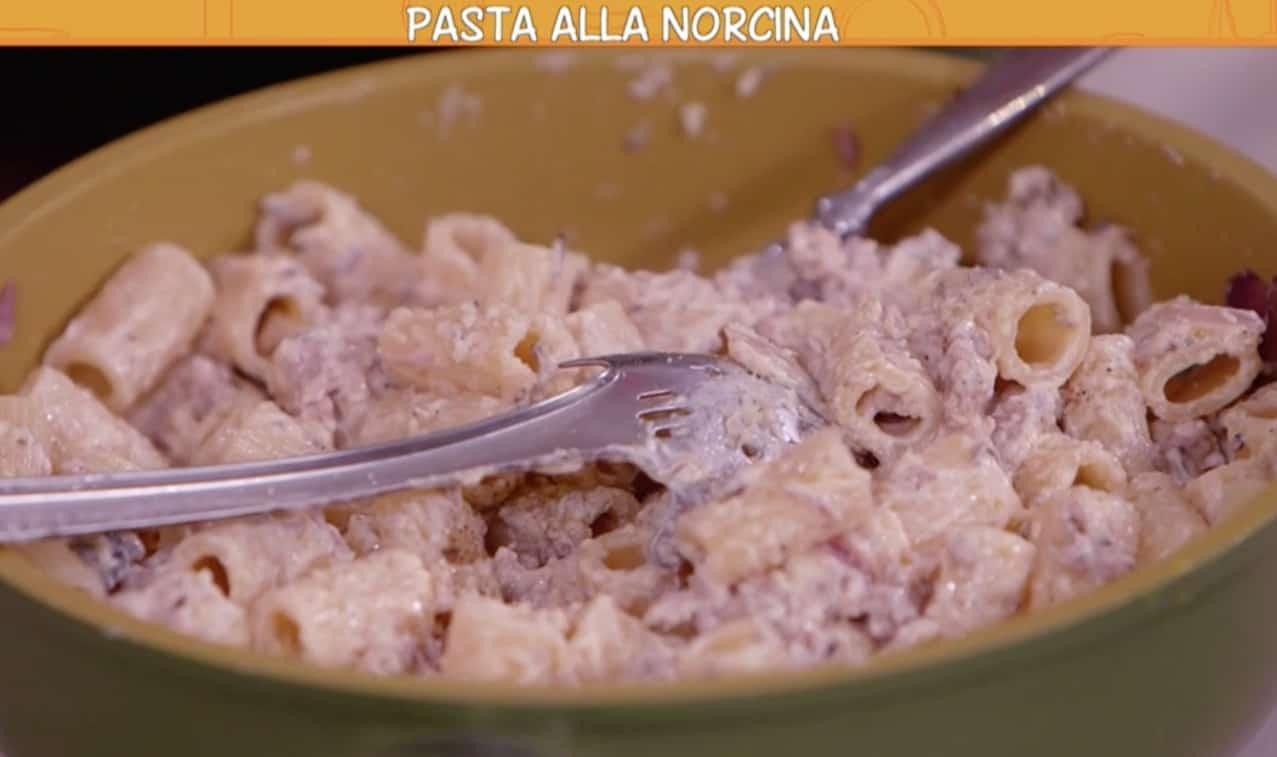 Anna Moroni prepara la pasta alla norcina per Ricette all'italiana