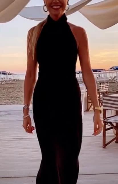 Federica Panicucci sfila in spiaggia con l'abito nero, è in vacanza a Forte dei Marmi (Foto)