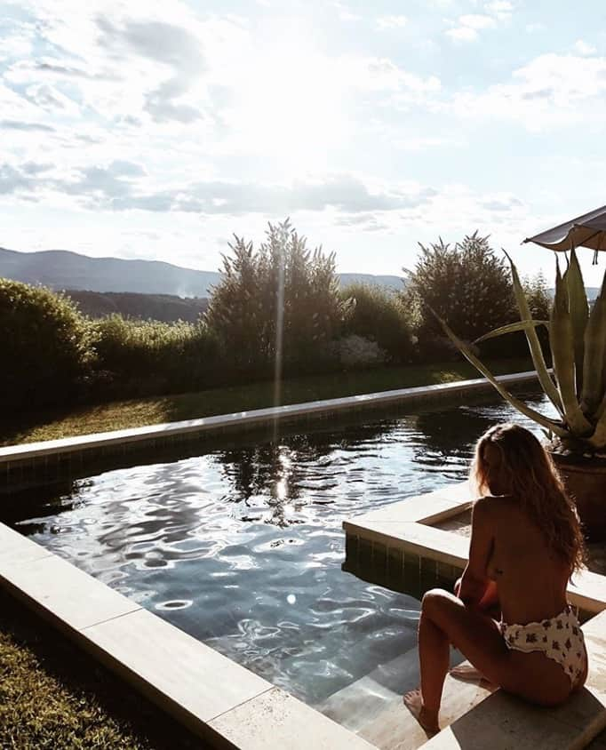 Cristina Marino in bikini dalla piscina di casa, ha perso subito i chili della gravidanza (Foto)