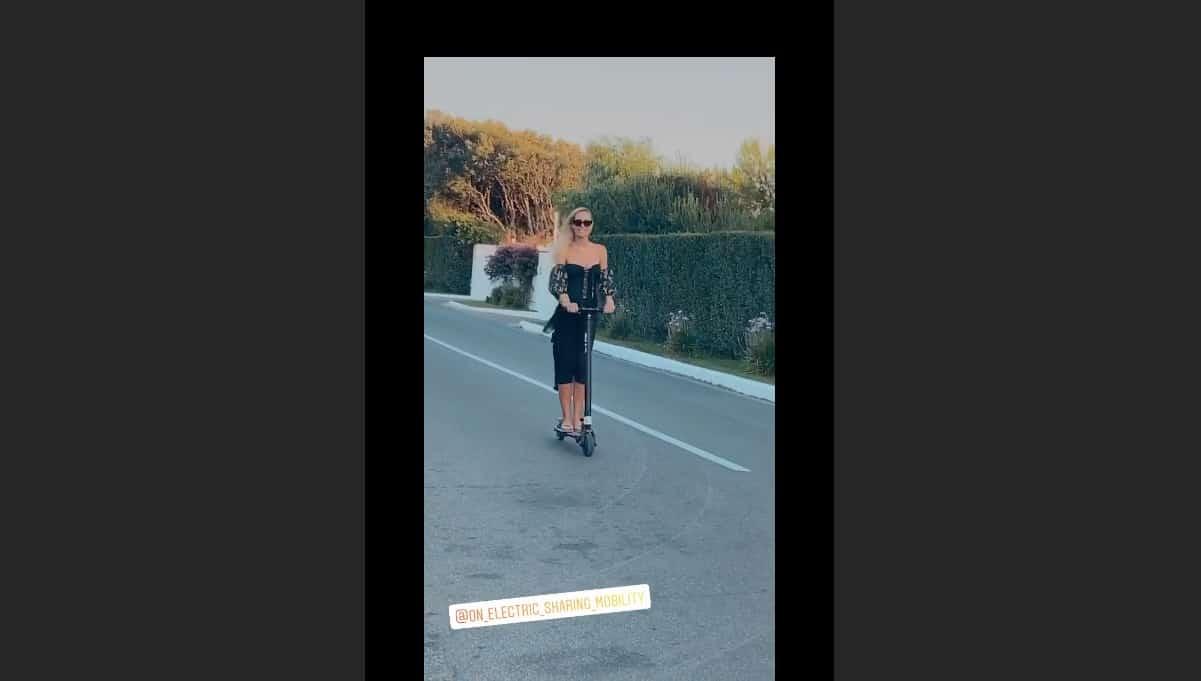 Ilary Blasi in strada sul monopattino ma la corsa è molto sensuale (Foto)