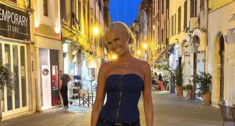 Federica Panicucci in tuta di jeans è magrissima, i fan chiedono se è davvero così (Foto)