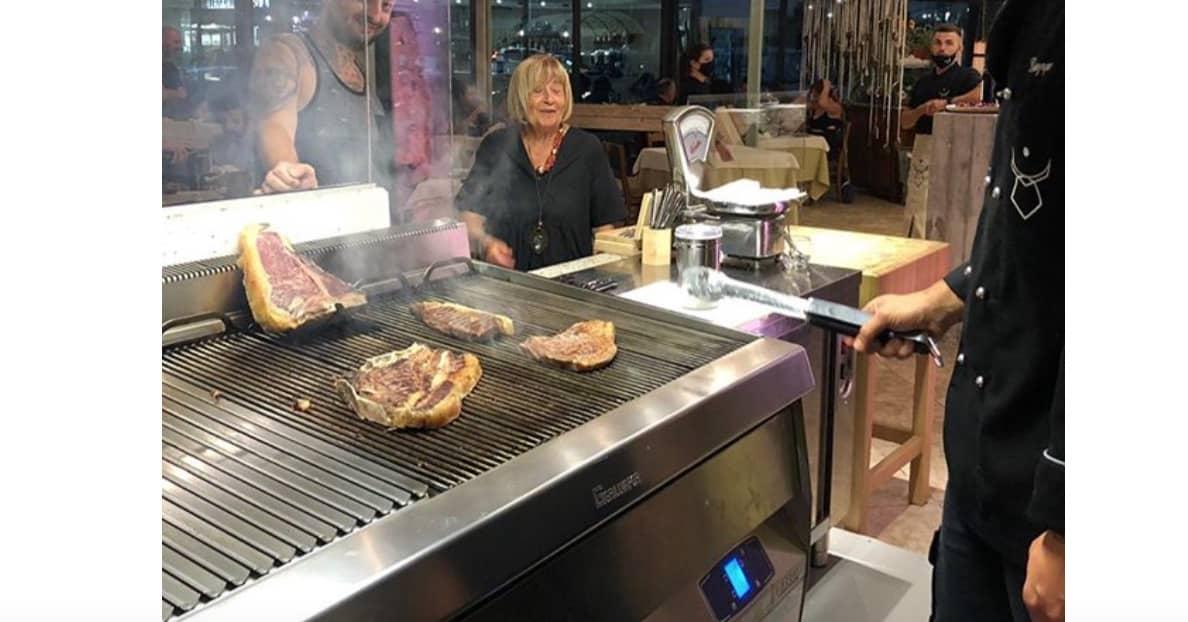 Anna Moroni in cucina in un ristorante sardo, Antonella Clerici commenta (Foto)