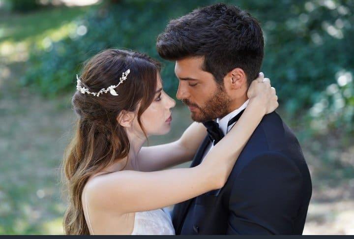 Can Yaman e Özge Gurel finalmente sposi! I fans di Bay Yanlis al settimo cielo (FOTO)