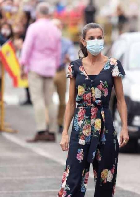 Letizia Ortiz indossa una tuta floreale, il look comodo che conquista (Foto)