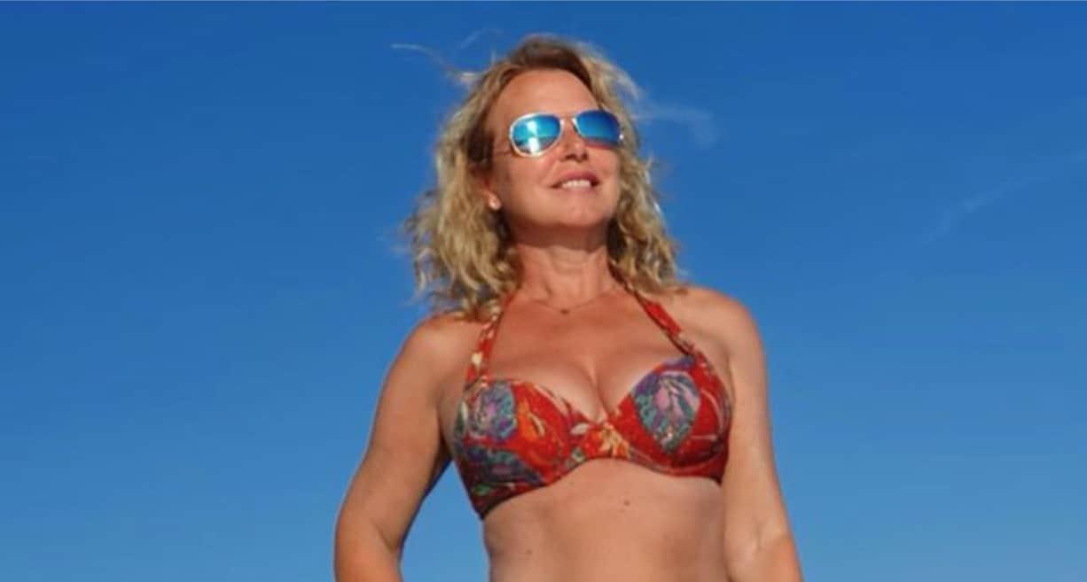 Monica Leofreddi in bikini, le sue vacanze con le foto scattate dai figli